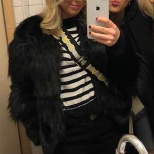 Pälsjacka (fuskpäls) från Zara i XS/S. Köparen står för frakten. Bra skick!