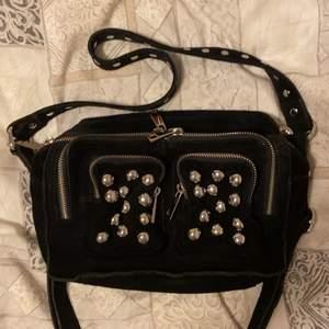 Säljer denna svarta Nunoo väska i mellan modellen som är väldigt populär. Skiljer sig lite från mängden med de stenarna fram🙌🏽❤️ Finns också en lite typ större väska till den🥰 Köpare står för frakt 📦