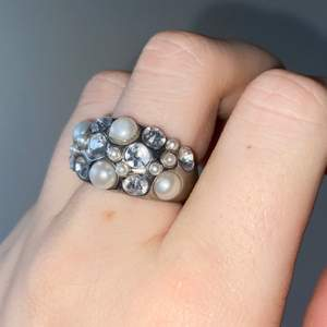 En silverring med stenar i olika former och färger. Storlek S/M. Fint skick. Säljer för 100kr plus frakt🤍