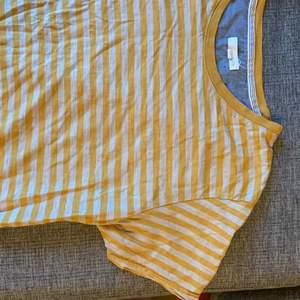 Randig t-shirt i beige och gult. Strl L funkar även bra för M. Tunnt fint material. Köpare betalar frakten.