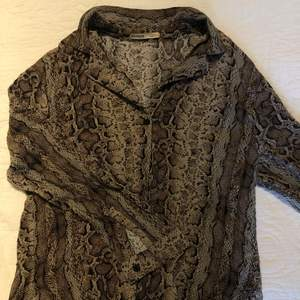 Skjorta med ormmönster från Pull & Bear. Köpt för längesen.