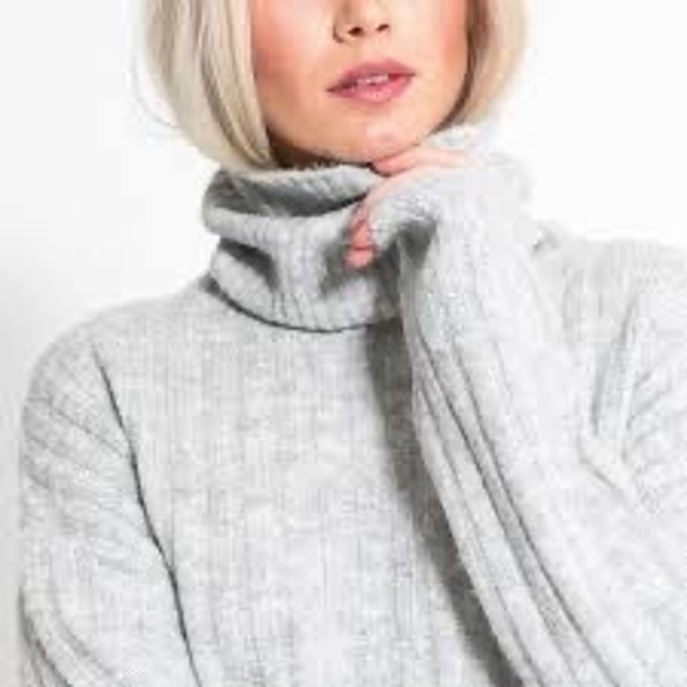 SÅ snygg och skön poloklänning, perfekt nu när det är lite kallare ute. Inte stickig eller nopprig. Ribbat material. Endast använd en gång, som ny😍 Hör av er vid frågor❤️ Frakt står köparen för🚚. Klänningar.