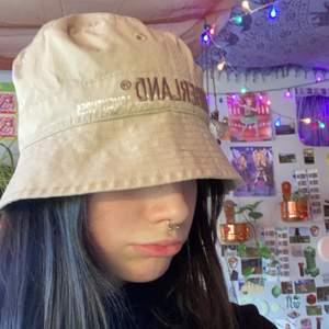 """En beige trendig buckethat med texten """"timberland"""" på framsidan. Köpt secondhand men väldigt bra skick. obs: ganska liten i storleken!💖"""