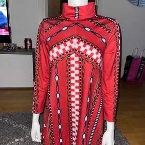 Helt ny klänning med lapparna kvar stl M-L