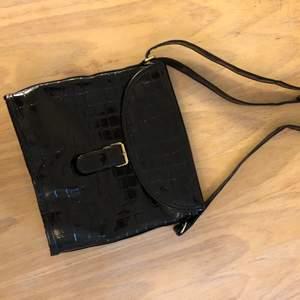 Väska i glansigt material! Justerbart axelband, felfritt skick!