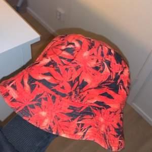 """Säljer pga att jag ej använder. En fin """"weed hatt"""" i bra skick. Tvättas innan jag skickar. Om de är många som vill ha så är de högsta bud!"""