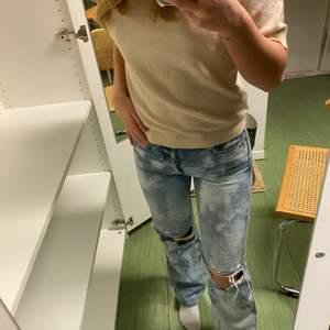 Säljer dessa jeans från & other stories som jag sedan själv blekt!💕