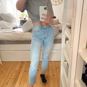 Superfina ljusblå boyfriend jeans som tyvärr inte kommer till användning. Använda fåtal gånger och tvättas innan leverans. Jag är 170cm för referens och jag skulle säga att de är väldigt normala i storleken.