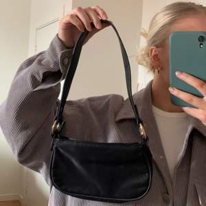 En svart mini bag från Asos, aldrig använd så perfekt skick!