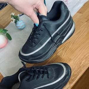 Hej! säljer ett par platå sneakers från humana som jag inte använder. Ca 5 cm platå. Storlek 37-37,5. Kan mötas upp i sthlm annars betalar mottagaren frakten. Hela och inte särskilt slitna. Är lite damm på dom på sulan och så bara.