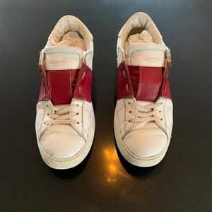 Valentino garavani skor i storlek 41. Använt skick med mycket liv kvar.