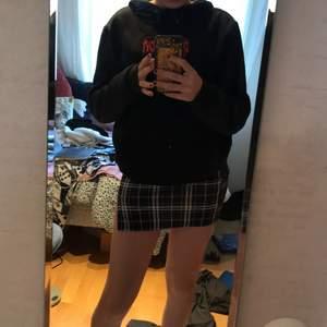 Säljer min fina rutiga kjol jag köpt från SHEIN för ett tag sedan. Säljer eftersom den var lite kort på mig som är ~162. Oanvänd och i stl. 140. I mellan tjockt material med en söt slits på sidan! Hör av er vid intresse/ fler bilder!💗
