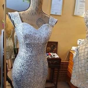 Säljer kort fest klänning.  (använd bara en gång).                                  Ordinarie pris: 2500kr                                                   Kontakta mig för fler bilder 😊