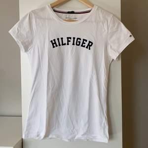 T-shirt från Tommy Hilfiger i storlek M (äkta såklar)! 💕