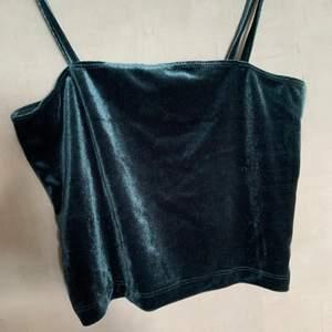 Kort grönt linne i sammet material från bikbok i strl XS (passar även S). Linnet är i ett bra skick, säljer då den ej kommer till användning.