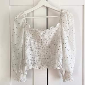 Somrig vit blus från H&M i storlek 40, men liten i storlek så sitter mer som en 38. Köptes för ett år sedan men endast använd vid ett tillfälle 🌸
