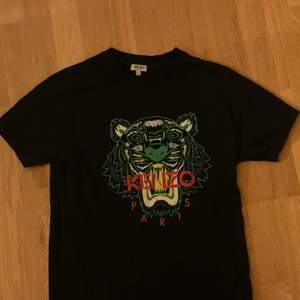 Säljer min svarta Kenzo T-shirt med tigern på bröstet  i storlek S, den är i bra skicka knappt använd, nypris 1050kr, vill ni ha fler bilder eller är det något du undrar över är det bara att höra av sig☺️
