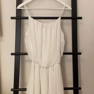 Jättefin klänning som passar till ex skolavslutning, student, sommarfester mm. Har inga skador och använts endast en gång på en skolavslutning:)