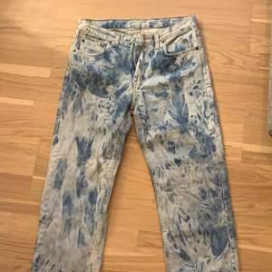 Jeans köpa second hand fast jag har blekt dem. Passar tyvärr inte längre drf säljes. Stl M. Ansvarar ej för postens slarv. Frakt tas vid köp. Kan mötas i örebro län.
