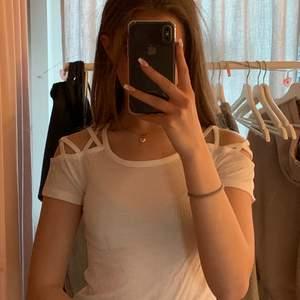 Ribbad vit t-shirt med mönster på axlarna. Från FB sisters i stl XS, knappt använd och i väldigt bra skick.