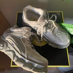 Dessa svincoola Colby-sneakers användes förra våren i några månader innan jag tyvärr växte ur dem‼️ absolut finns synlig slitning, men inte värre än normalt begagnat tillstånd :) skickar mer än gärna fler bilder privat för bättre uppfattning om skornas skick! Orginallådan och dustbag följer såklart med❣️ alla bilder är tagna idag