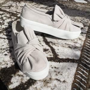 Säljer dessa helt oanvända skor från Nelly i strl 40. Hör gärna av dig om du har frågor.