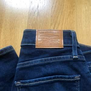 Snygga Mörkblåa levis jeans,  Nypris ca 900 kr.