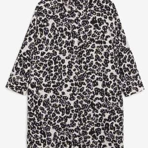 Super fräsch klänning av Monki, strlk XS men passar tom en M. Multiförgad med fickor ♥️