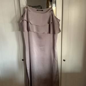 Säljer denna fina klänning i storlek L, för den passar inte mig den är aldrig använd. Köparen står för frakten