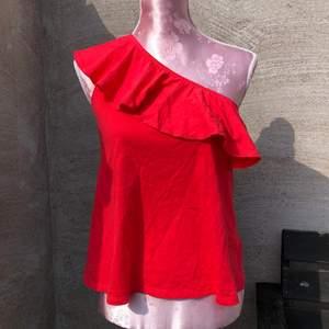 One shoulder top från H&M med volang. Storlek S. Köparen står för frakt💕 aldrig använd💕