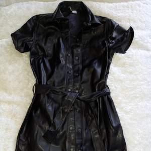 läderimitation, klänning med knyte, ej använd, storlek XS från H&M
