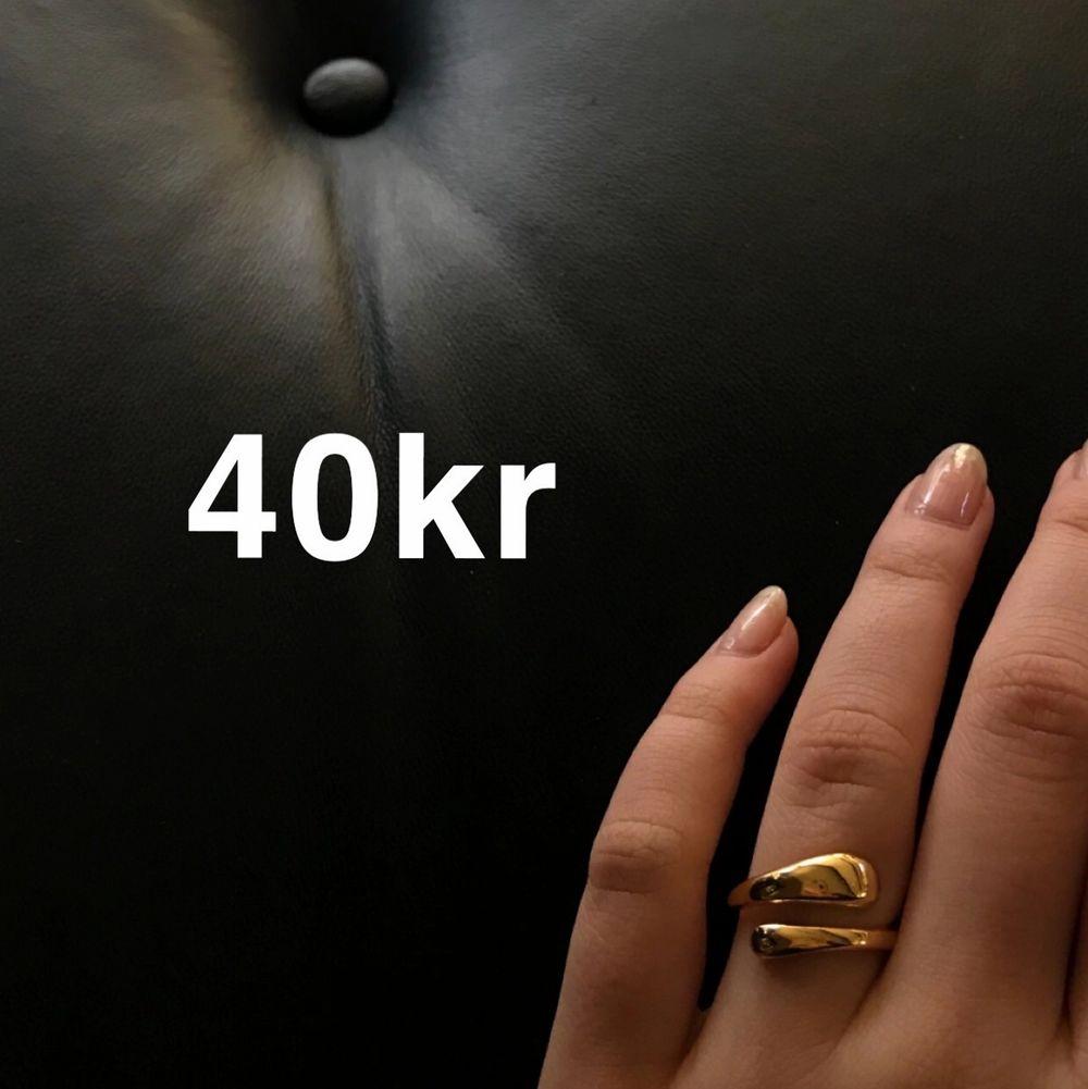 Justerbara ringar för 40kr styck, finns i silver o guld🖤🖤 De skickas i en fin påse✌🏽inte många kvar! Frakt tillkommer på 12kr. Accessoarer.
