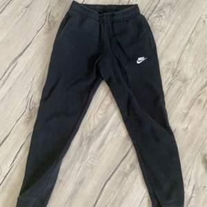 Svarta Nike mysbyxor i stl xs. Använda och lite urtvättad men bra skick. Köparen står för frakten.🤍