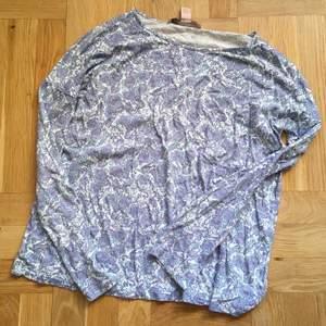 Mönstrad tröja i viskos med paisley liknande mönster. Strl 36, mer mot XS än S. Fint skick, som ny!                            💙💜👽 🦋💫💦🦋 👽💜💙