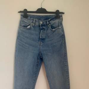 Jeans från HM i storlek 36. Modellen är momjeans