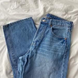 Raka, högmidjade jeans i storlek 38🤍 säljer de då de inte passar längre. Perfekta ljusa ankel långa jeans nu till sommaren.
