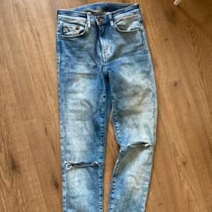 Jag säljer dessa super fina blåa jeansen ifrån H&M ungdomsavdelning i storlek 160. Varför jag säljer de är på grund av att de inte kommit till användning tyvärr. Dom passar bra i längd på mig som är ca 162. De är i fint skick. Jeansen har slitningar nedtill och hål på knäna. Hör av er om ni har några frågor. 60kr! Frakt tillkommer men vet inte exakta summan på den än. 👖😀💜