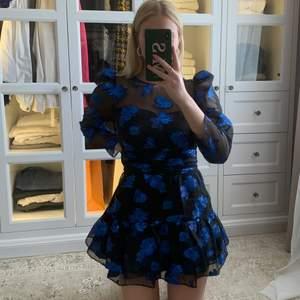 Älskar denna klänningen men känner att den behöver få mer kärlek än vad den får av mig💙 Storlek L men passar perfekt på mig som är S. Klänningen är i organza med blåa detaljer i metallic. Använd endast 2 gånger, superfint skick. Budgivning vid flera intresserade. Frakt tillkommer på 66kr 🤍