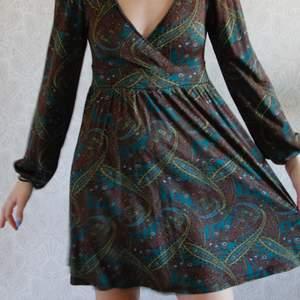 En romantisk bohemisk kläning. I mönstrad tyg. Svalt tyg så passar bra till sommaren. Kolla på mina andra annonser så blir det kanske billigare med frakt 👏🏽