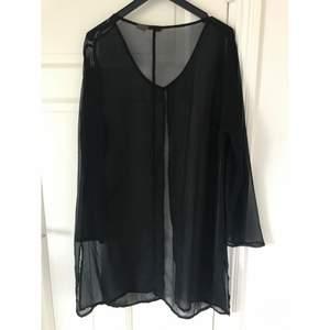 Snygg Semi-transparent svart vintage 90-tals over coat / blus / kimono som passar till precis allt, Över klänningar till fest och till vardags, strl S/M. Köpt i vintage butik i Sydney.🖤 Jag lägger upp nytt då och då, Följ mig gärna för kommande annonser