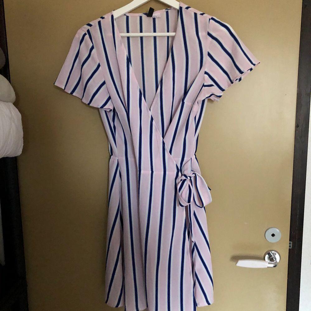 En super gullig klänning med knytning och slits🌸. Klänningar.