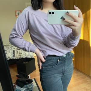 Fin ljuslila off-shoulder tröja i sweatshirt-material. Köpt på New yorker, använt den fåtal gånger. Säljer den pga inte min stil. Kan skicka spårbart men då ligger frakten istället på 66 kr. (Frakt inkluderas ej i priset)