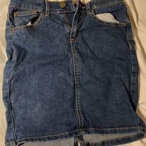 3 olika kjolar. Två mörk blåa en ljusblå. Säljer för att dem är alldeles för små för mig nu. 100 kr per st. Frakten kan ändras om man väljer att köpa fler än 1 då det behövs större paket.