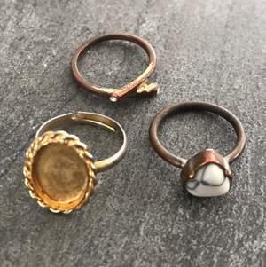 Superfint ringset innehållandes tre ringar i guld: En med en marmorsten, en med en guldplatta där en bild kan fästas och en med två diamantliknande stenar. Alla ringar har en omkrets på ca 7cm. Lite smånötta och avsaknad av färg, utöver det fint skick! 24kr frakt tillkommer. BUDGIVNING I KOMMENTARSFÄLTET OM MÅNGA ÄR INTRESSERADE, ANNARS FÖRST TILL KVARN!