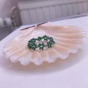 Mini blomring i gröna glaspärlor.  Storlek: 8cm Pris: 19kr+12kr frakt (postnord) Beställning sker i våran egna webbshop! (Länk i profilen) eller här. Obs! Du kan önska mått & färg på nästan alla handgjorda smycken!