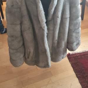 Säljer min åkt Sapphire mink fur coat som är I mycket bra skick och användade cirka en vecka. Den är mycket varmt och passar till vinter var.Den är mycket mysig och stylig och matcherar till allt. Finns fler bilder och bud I kommenterna ny pris 3499