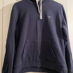 Gant hoodie storlek Large. Marinblå, grå i luvan.