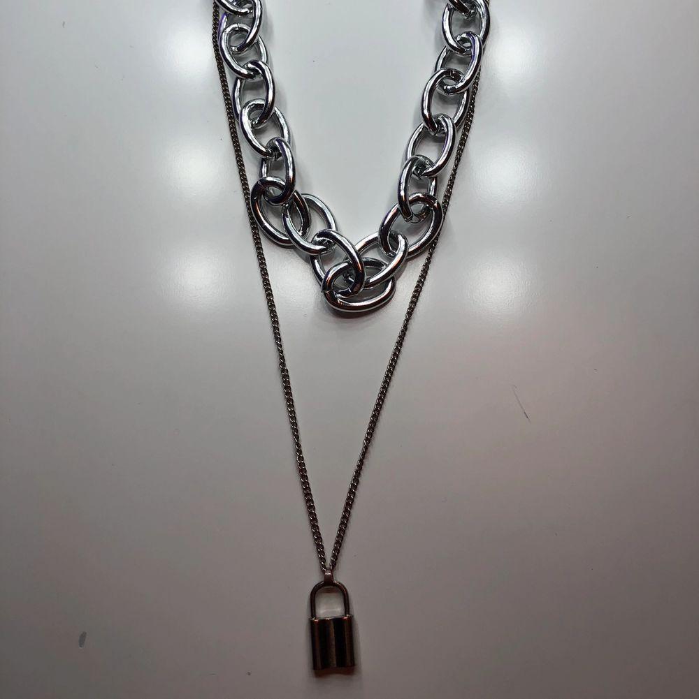 Ett halsband med en stor kedja, och en mindre med ett hänglås på. Säljs då det inte kommer till användning längre🥰 tror jag köpte det på jfr för ca. 70-100 kr💞 skriv vid frågor, pris kan allitd diskuteras✨. Accessoarer.