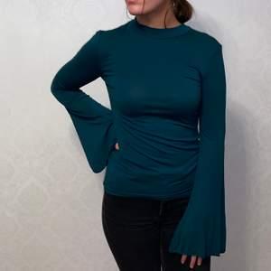 Super fin grön tröja med utsvängda armar. ALDRIG ANVÄND. Den är ifån Nelly i strl S.