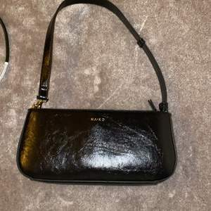 Säljer nu denna jättefina nakd handväskan i läder (fake), har nästan aldrig används och är därför i bra skick! Nypriset var  299kr och jag säljer för 120kr eftersom jag nästan aldrig använt den!💕💕💕